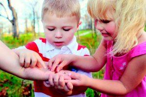 Niños aprendiendo educación ambiental